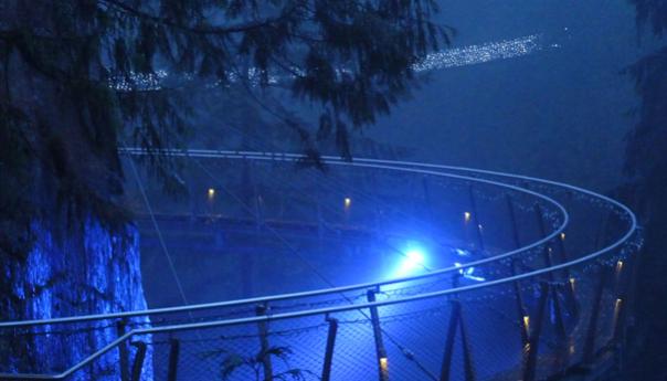 Il ponte si tinge di luce